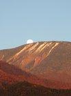 男体山に沈むスーパームーン翌日の月