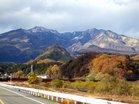 初冠雪の女峰山と晩秋